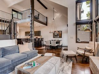 Modern, newly updated townhome, just 5 minutes from slopes - Snowcap Escape