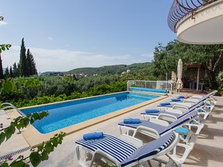 Villa Ana Maria - Four-Bedroom Villa with Terrace and Swimming Pool