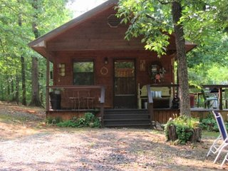 Lovers paradise.Private secluded cabin in the woods. Hot tub under the stars..