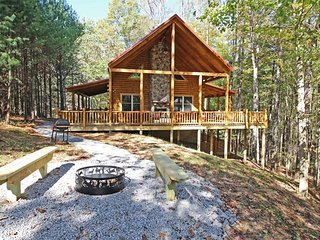 Treetops Lodge and Family Fun Barn (5 Minutes to Old Man's Cave!)