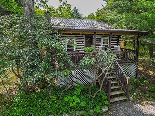 Authentic log home within walking distance to marina & restaurant!