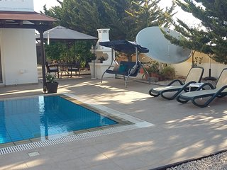 Private pool & garden, 10' drive to beach resorts