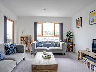 Modern 2 bed apt w/ Balcony 10 mins to Shoreditch