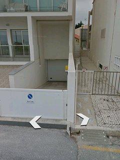 Accès garage individuel fermé au sous sol de l'immeuble pour un véhicule