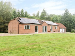 HERON LODGE, spacious, luxury, woodland setting.