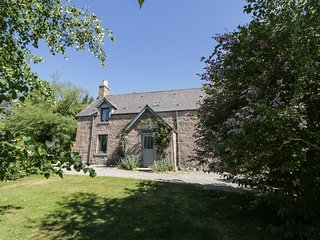 THE FARMHOUSE, pet-friendly, open fire, flexible sleeping, attractive views, det