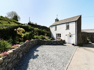 ROSE COTTAGE, barbecue, working farm, pet-friendly, near Carnforth