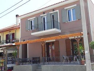 'O Nikos Apartment 1' am Strand in Petra
