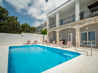 4 bedroom Villa with Pool, Air Con, WiFi and Walk to Shops - 5634087