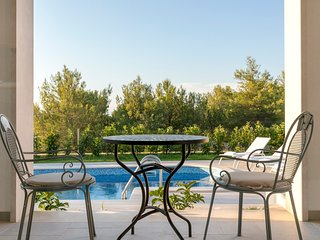 Milna Villa Sleeps 8 with Pool and Air Con - 5634099