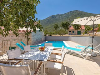 Zupa Villa Sleeps 8 with Pool and Air Con