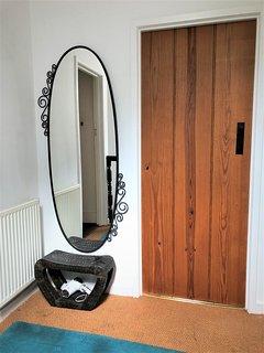 Landing - mirror & hairdryer