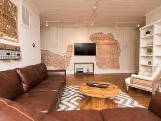 Bricks on Broad Loft - urban, exposed brick, arts district, walkable to coffee