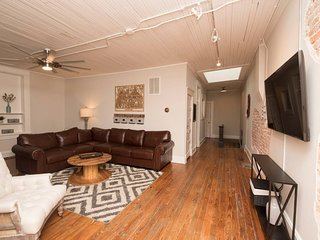 ☆Urban Loft: walk to food+brewery, deck w/ chairs☆