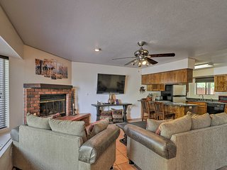 Cozy Gated Pinetop Townhome w/Pool, Jacuzzi Access
