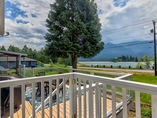 Charming family home w/ private hot tub, across the street from Rock Cove!
