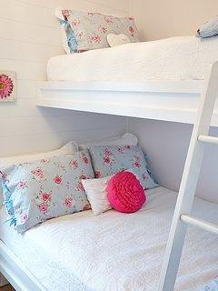 Le lit double superposé dans la chambre (un couchage 140x200 et un couchage 90x200)