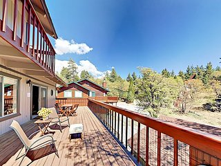 Blue Jay Chalet - Huge Deck, Hot Tub, Pool Table & Soaring Views of Bear Mtn