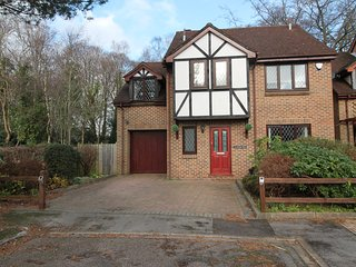 Spacious modern detached 4 bedroom house situated close to Airport and Motorways