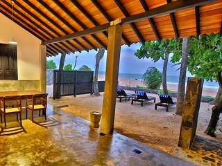 Red Parrot Beach Villa, Right On The Beach, Brekfast including, Free 4G WiFi