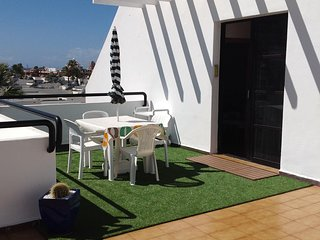 Lovely 1 bed apartment, roof terrace for all day sun, great location! Bband &Tv