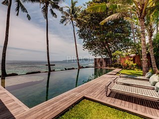 Stunning and exclusive Beachfront villa in Candidasa