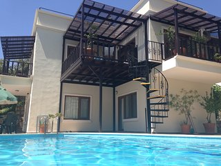 Villa Abri - 3B/3B Private Pool, Roof Top BBQ, 10 min walk to Old Town/Harbour
