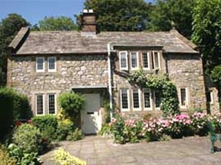 Charming Cottage, sleeps 4,overlooking the meadow and river.