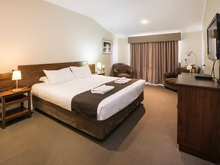 Studio 5, King Suite Golf Resort – Bunbury, sleeps 2