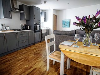 Modern & homely cottage with wood fired hot tub in central Scotland. Sleeps 4