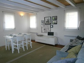 Beautiful apartment in historic building at the city center - 2min from beach