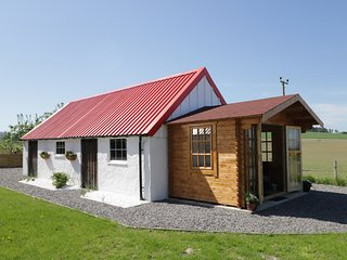 WOODSIDE COTTAGE, views of Lossiemouth Bay, dog-friendly, Ref 932807