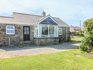 WELLFIELD COTTAGE granite bungalow, seaview, open fire,large garden in Sennen Re