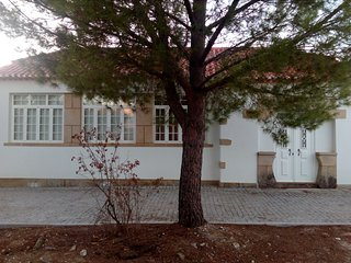 Uma antiga escola primária, situada na Freguesia de Perais a 7minutos de Vila V