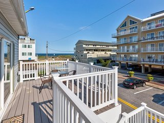 NEW LISTING! Welcoming oceanblock, midtown condo near everything
