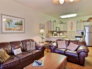 Comfortable townhome w/shared pool! Close to the beach! Family Friendly!