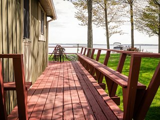 HOUGHTON LAKE HIDEAWAY: Great location! Private boat dock, Pets welcome!