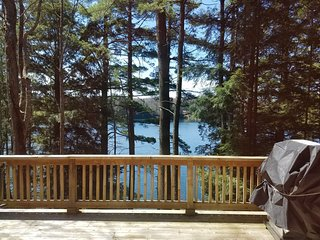 TOWN LAKE LODGE (15 miles from Pictured Rocks): Sleeps 8-Canoe included!