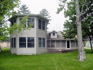 RIVERDALE HIDEAWAY: Manistique Vacation Home-3 bedrooms, 2 bathrooms, 5 min to g