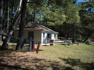 THE FINCH--Nettie Bay, MI: Sleeps 4, Row Boat included, Great fishing! ATV's wel