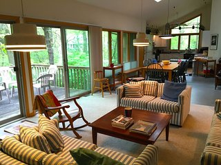 SAND HOUSE: Book for 2019!! Walk to Lake Michigan, Sleeps 8-10, wifi & cable