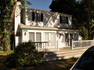 GRACE COTTAGE (Union Pier): Sleeps.6, Patio, Steps to Lake Michigan, Fireplace