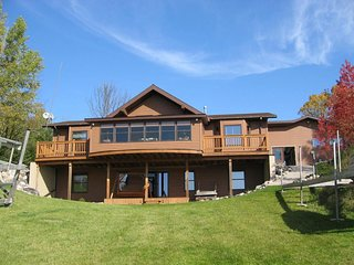 BLACK LAKE SUNSET DREAMS (Onaway, MI): Beautiful lakefront cottage! Sleeps 6-8,