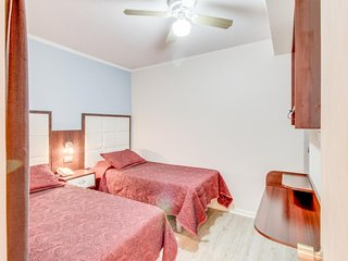 Cozy hotel room with home conveniences - close to shopping, dining & beach