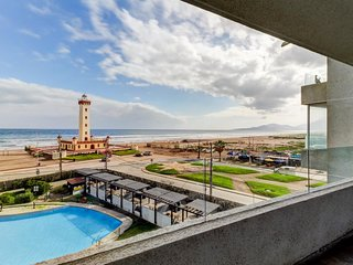 Ocean view apartment w/ a shared pool and barbecue area. Walk to the beach!