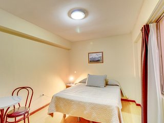 Cozy hotel room with cable TV & free WiFi - close to Plaza Colón & the coast