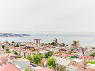 Cozy and light-filled condo with sunny balcony & panoramic views of Valparaiso!