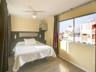 Lovely room with cable TV & private bathroom - close to city center