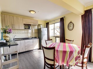 Sunny suite with kitchenette, shared terrace & central location - walk to beach!