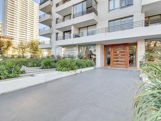 Contemporary apartment w/ artistic appointments - walk everywhere!